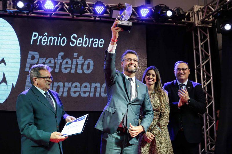 Prefeito Clécio Luís ganha Prêmio Empreendedor 2019